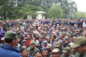 Hàng trăm người chen chúc, ngã dúi dụi đòi mua vé tại trụ sở VFF