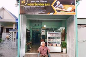 Nhạc sư 101 tuổi mở hiệu đàn dân tộc trên đất sen hồng