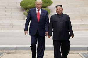 Bí ẩn-ngẫu hứng sau cú bắt tay lịch sử Trump-Kim