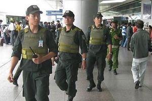 Tài xế taxi dùng dao đe dọa nhân viên an ninh sân bay