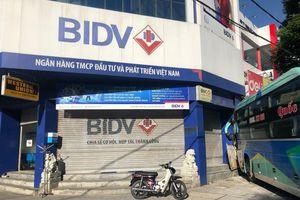 Xe khách chạy ẩu tông người đi xe máy rồi lao vào ngân hàng ở Huế