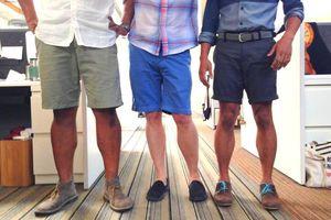Thời tiết quá nóng, nam giới Hàn Quốc mặc quần short, mang dép đi làm