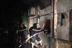 Cứu hai cháu bé mắc kẹt trong ngôi nhà bốc cháy