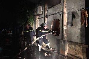 Giải cứu thành công 2 người mắc kẹt trong đám cháy cửa hàng bán giày dép