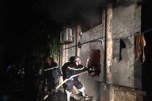 Đập tường, phun nước giải cứu 2 cô gái bị mắc kẹt trong cửa hàng bốc cháy ở Hà Nội