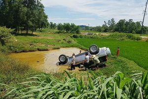Lật xe ô tô 7 chỗ làm 6 người thương vong