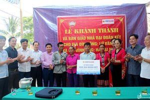 Ủy ban Mặt trận tổ quốc tỉnh trao tiền hỗ trợ xây nhà đại đoàn kết cho người nghèo ở Con Cuông