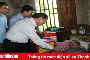 Đồng chí Nguyễn Đức Quyền, Phó Chủ tịch Thường trực UBND tỉnh thăm, tặng quà các gia đình chính sách huyện Thường Xuân và Ngọc Lặc