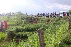 Xe buýt lật nhào xuống ruộng, 2 người chết 8 người bị thương
