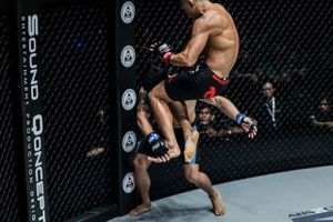 Martin Nguyễn khiến võ sĩ Mông Cổ nằm sàn bằng pha lên gối tuyệt đỉnh