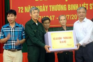 Labour deputy minister presents gifts to war invalids