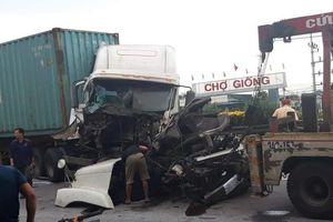QL5 lại xảy ra tai nạn: Container bị biến dạng khi đâm xe chở cọc bê tông