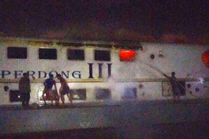Tàu cao tốc Superdong III bốc cháy dữ dỗi khi đang neo tại cảng Rạch Giá