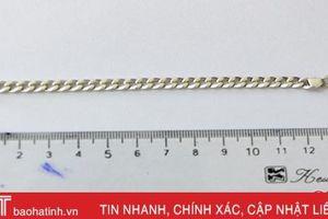 Cứu sống bé trai 28 tháng tuổi lỡ nuốt dây chuyền bạc dài 14cm