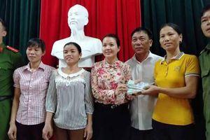 Người phụ nữ trẻ vui mừng nhận lại 50 triệu đồng đánh rơi từ 3 nông dân Hà Tĩnh