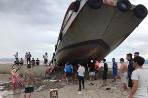 Kinh hãi cảnh tàu khách vắt vẻo trên đê lấn biển khi tránh bão