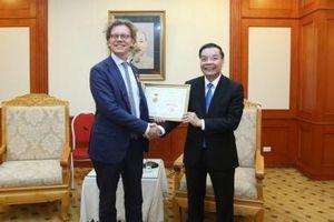 Tặng Kỷ niệm chương Vì sự nghiệp KH&CN cho Đại sứ Thụy Điển tại Việt Nam