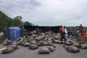 Xe tải chở chè bị lật gây ách tắc trên cao tốc Nội Bài-Lào Cai