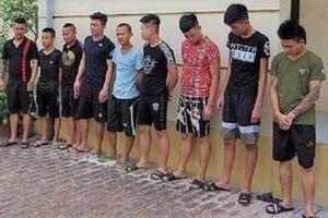 Bạn gái bị trêu ghẹo, nam thanh niên rủ 11 người mang 'hàng nóng' đi xử lý