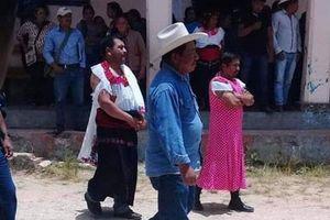 Mexico: Thất hứa với dân, quan chức phải mặc váy đi diễu phố