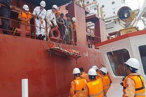 Cứu nạn thuyền viên Philippines bị liệt nửa người trên biển