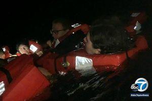 Tàu bốc cháy, du khách nhảy xuống vùng biển đầy cá mập
