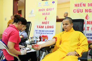 Hàng trăm tăng ni sinh, phật tử tham gia hiến máu và đăng ký hiến tặng mô, tạng