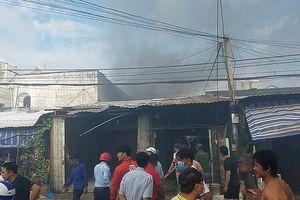 Cháy dữ dội dãy trọ ở Bình Tân