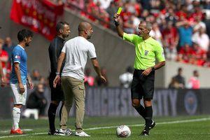 Nổi cáu với trọng tài, HLV Pep Guardiola bất ngờ đi vào lịch sử bóng đá Anh