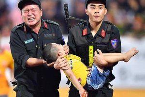 Hình ảnh chiến sĩ cảnh sát cơ động cứu cháu bé lên cơn co giật gây xúc động mạnh trên mạng xã hội
