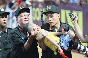 Bé trai cắn tay chiến sĩ cảnh sát cơ động ở Nam Định từng lên cơn co giật hai năm trước