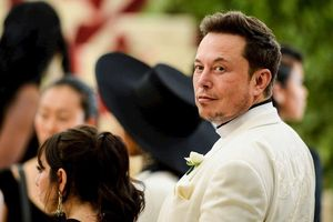 Đến Mỹ với 2.000 USD và vali đầy sách, 'gã điên' Elon Musk nay đã 'dưới vài người, trên tỷ người'