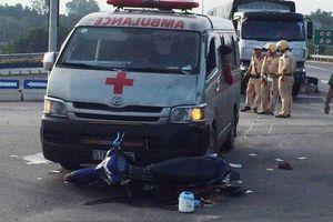 Xe cứu thương chở quan tài va chạm xe máy ở Đà Nẵng, 2 người nguy kịch