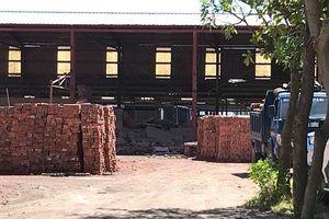 Sập tường nhà máy gạch, 4 phạm nhân nhập viện cấp cứu