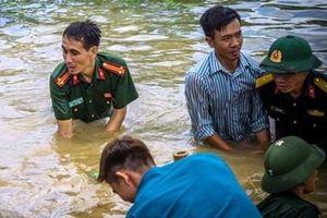 Tham gia chống lũ, một công an viên bị nước cuốn trôi