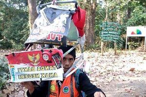 Người đàn ông đi lùi hàng trăm km để nâng cao ý thức bảo vệ môi trường