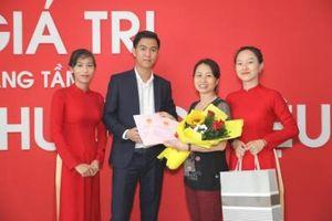 Địa ốc Đất Việt trao giấy chứng nhận quyền sử dụng đất cho khách hàng