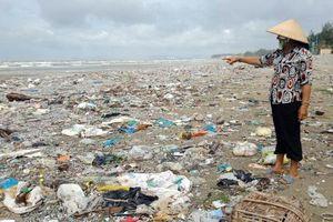 Rác ngập bãi biển Phước Tỉnh - Phước Hưng