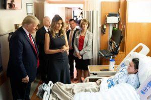 Tổng thống Trump thăm các nạn nhân vụ xả súng kinh hoàng tại Mỹ