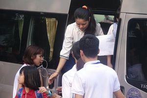 Nhiều xe 'dù' đưa đón học sinh trường Gateway