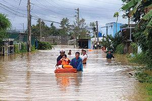 Sát cánh cùng người dân trong mưa lũ