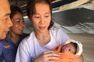 Tiếp viên đường sắt giúp thai phụ 'vượt cạn' trên tàu