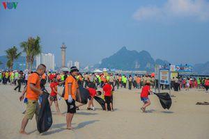 Chiến dịch giải cứu khu du lịch Bãi Cháy khỏi hàng tấn rác thải