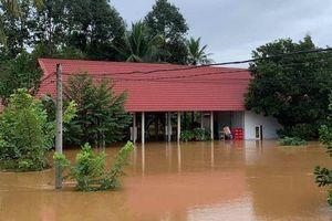 Cứu 6 người bị mắc kẹt suốt 5 giờ trong lũ dữ ở Đồng Nai