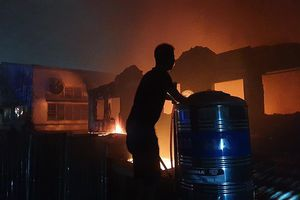 Dân leo mái tôn 'chia lửa' với cảnh sát trong vụ cháy dữ dội