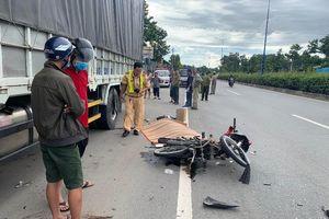 Bình Dương: Hai nam thanh niên đâm vào đuôi xe tải tử vong