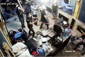Hàng chục thanh niên xông vào nhà hàng đập phá, cuỗm túi xách chứa 200 triệu đồng ở trung tâm Sài Gòn