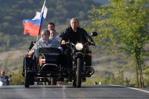 Tổng thống Nga Putin 'cưỡi' mô tô chở quan chức tại Crimea