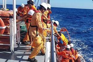 Đà Nẵng: Cứu nạn 6 ngư dân Quảng Bình bị chìm tàu trên vùng biển Hoàng Sa
