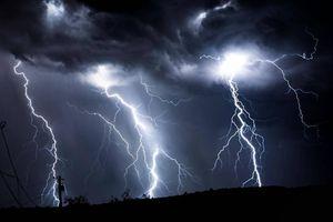 Trú mưa dưới ô, 3 người trong gia đình bị sét đánh tử vong